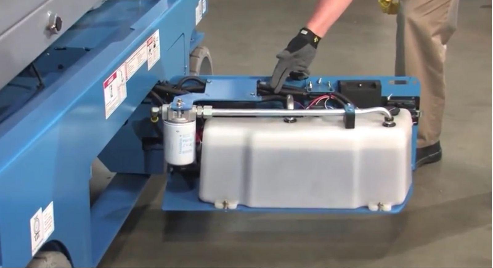 Kiểm tra mức dầu và hệ thống thủy lực của xe nâng người cắt kéo
