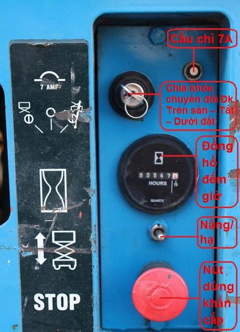 bảng điều khiển dưới đất của xe nâng người cắt kéo genie