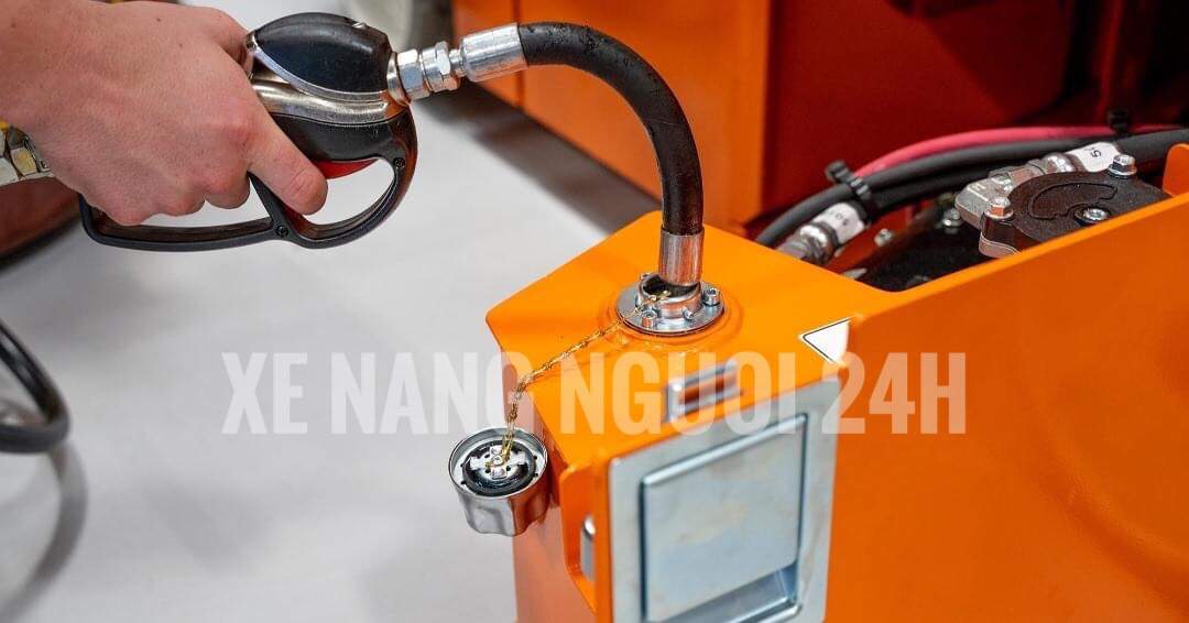 kiểm tra và bổ sung dầu thủy lực cho xe nâng người định kỳ đúng mức